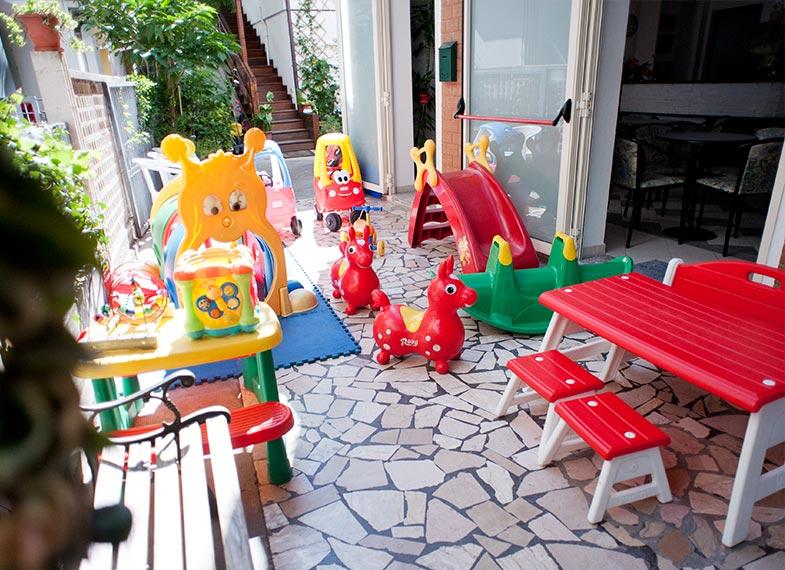 Hotel 2 stelle a cattolica per le famiglie hotel giamaica for Divanetti per bambini